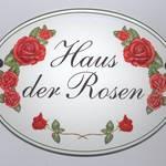 Hausname mit Rosen